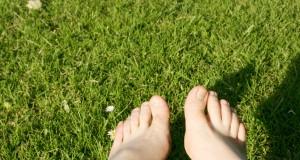 earthing-bare-feet