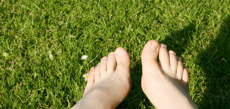 earthing-bare-feet